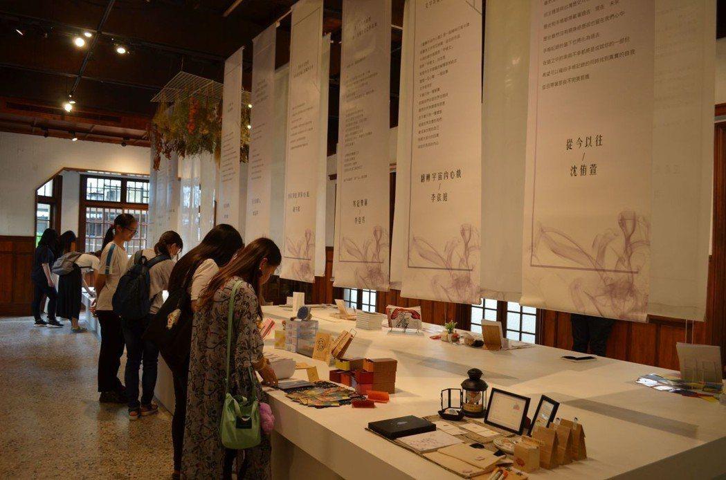 學生參觀花開時宜-實踐大學應用中文系第8屆畢業展覽。  陳慧明 攝影