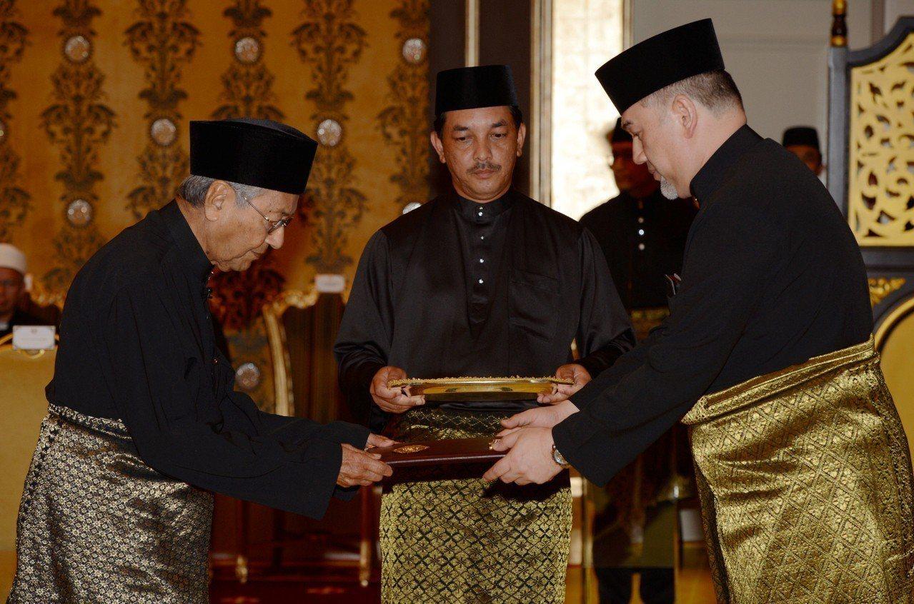 馬哈迪(左)在國家皇宮由最高元首莫哈末5世監誓,正式宣誓就任總理。 路透