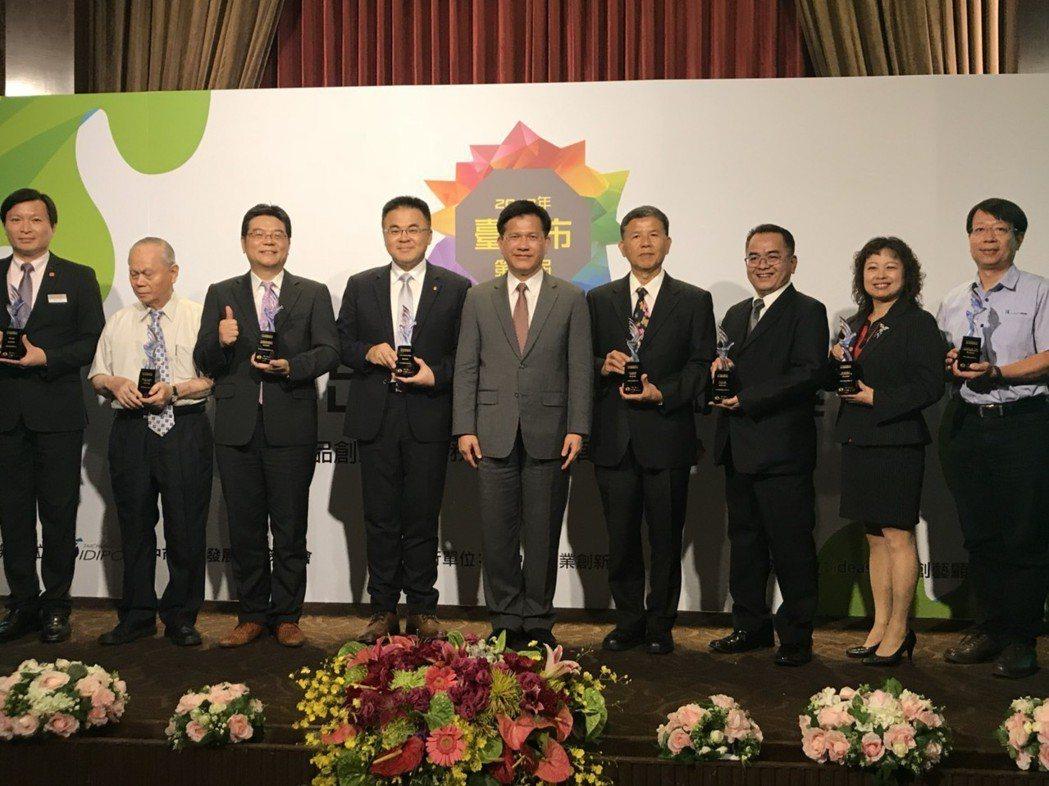 台中市第四屆產業創新獎,由台中市市長林佳龍(中)表揚傑出企業。 蕭婉智/攝影