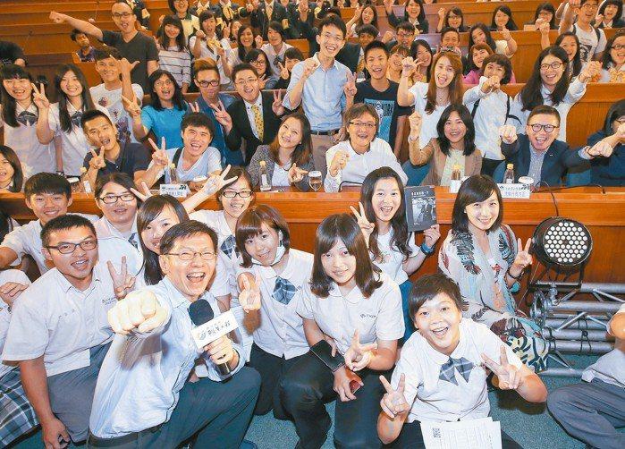 聯合報系願景工程昨天在高雄餐旅大學舉辦「為青年尋路論壇」,學生參與踴躍,開心聽取...