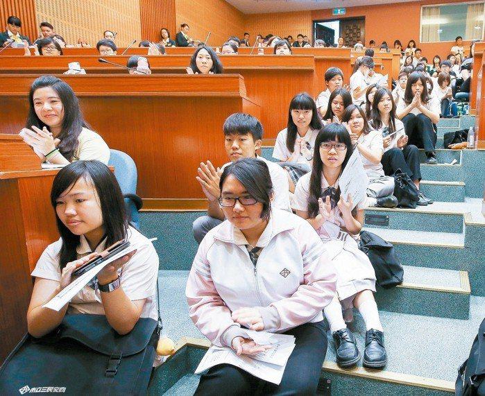 許多學生席地而坐,也要把握機會聽取創業經驗。 記者程宜華/攝影