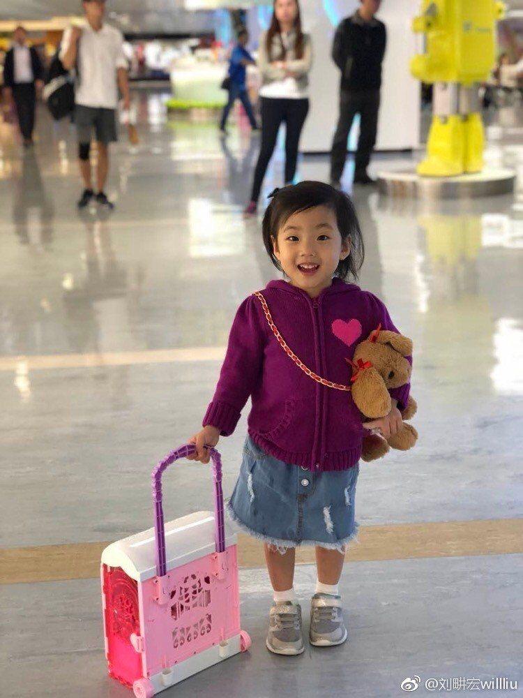 劉畊宏9日在微博曝光了在機場接機的畫面,秀出小女兒姗姗的可愛模樣。 圖/擷自微博...