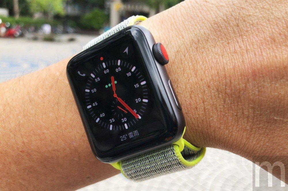 eSIM版Apple Watch series 3專屬「探險家」錶面,上方搭載可...
