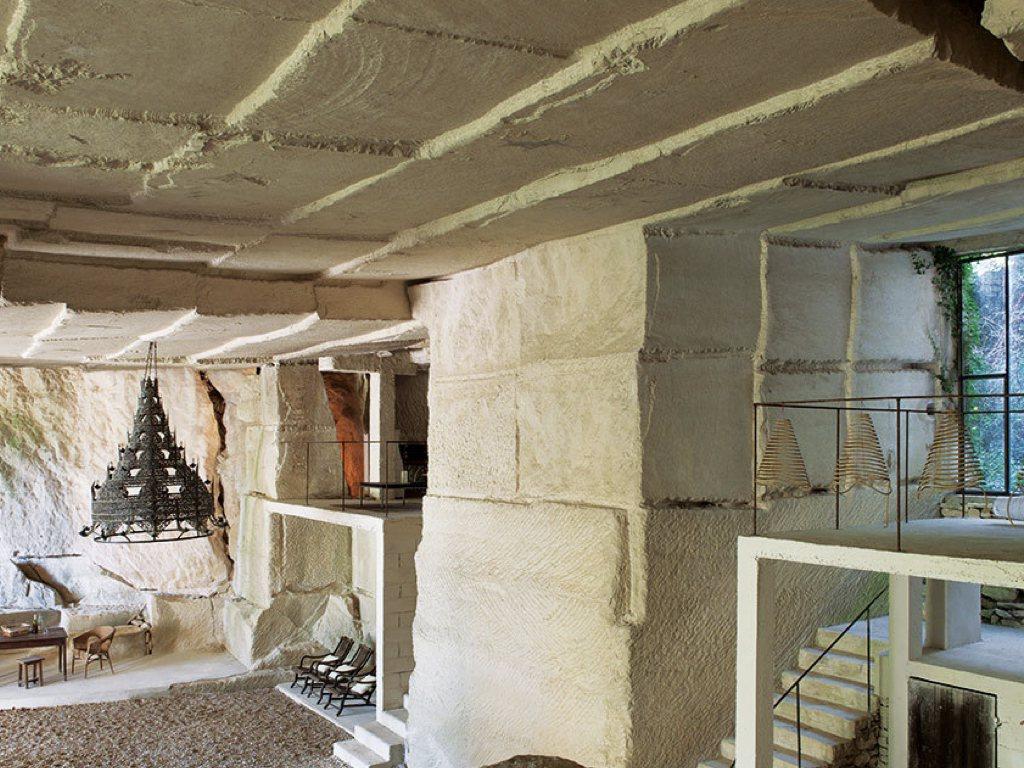 喬納森用混凝土打造出兩層居住空間。