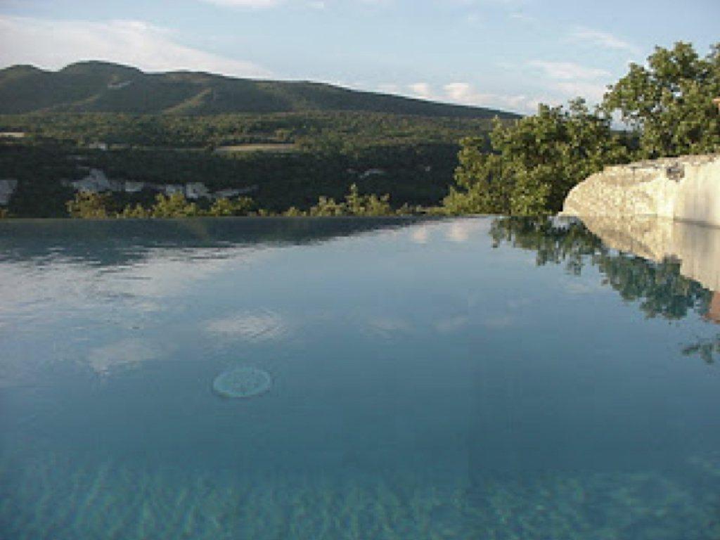 洞穴頂部的無邊際泳池可眺望整個山谷。