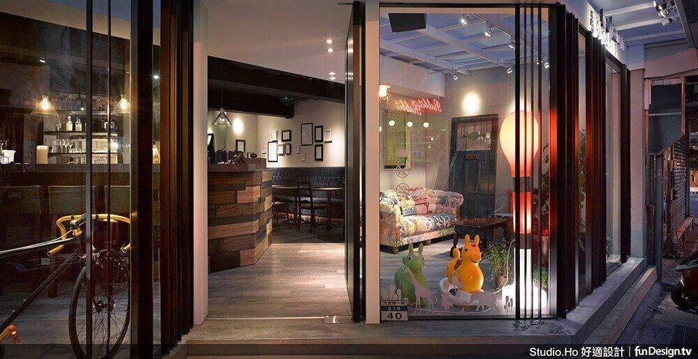 《回家 Okaeli Cafe》不同的門框與窗欄,框出了空間的靈活性與可能性,也...