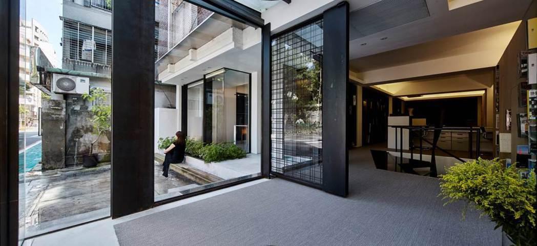 「讓生活更優雅的朋友」好適設計辦公室一隅,自然的光線、綠意與室內場域與人物,產生...