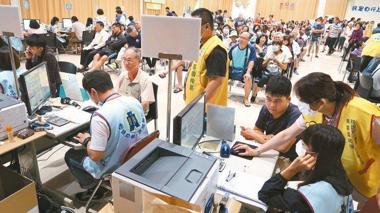 台北國稅局整理了納稅義務人申報綜所稅應注意的七大事項,提供民眾正確報稅。 報系資...