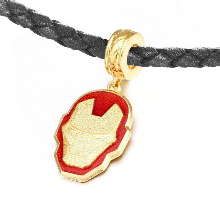 周大福「Marvel」系列鋼鐵人黃金串飾/吊墜(附手繩),24,700元起。圖/...