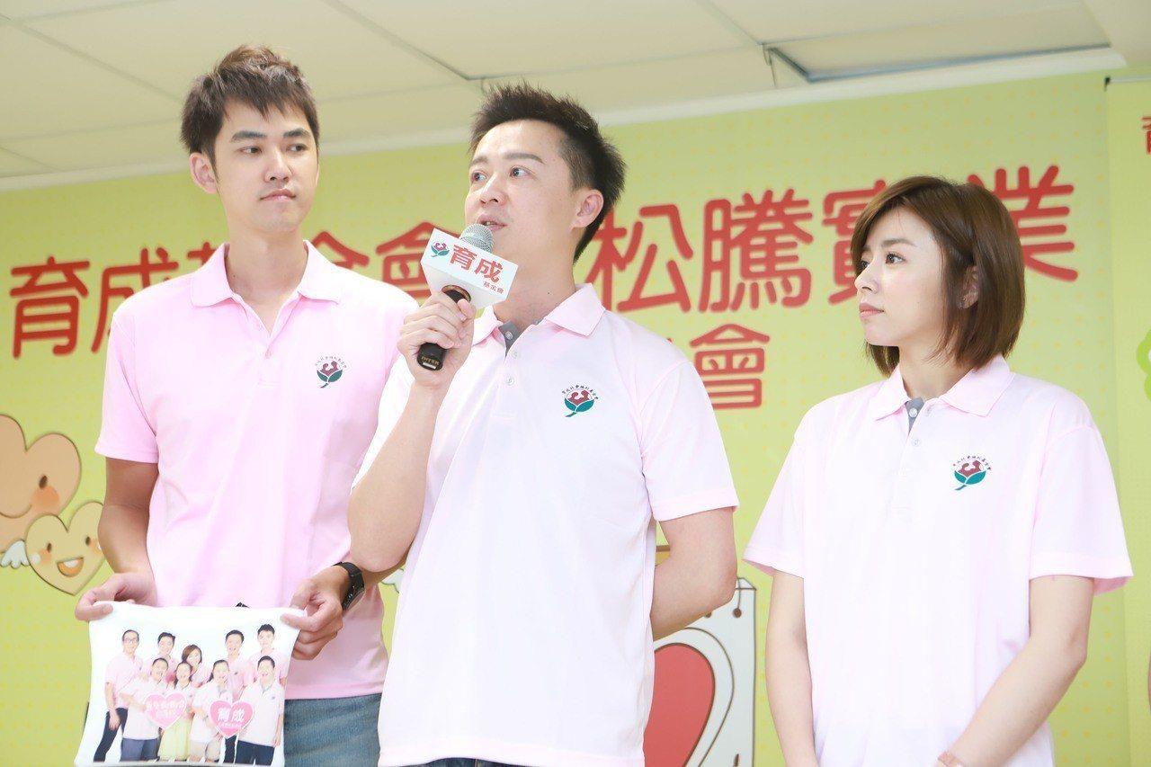 王瞳(右)與何豪傑向劇組告假出席公益活動。圖/民視提供