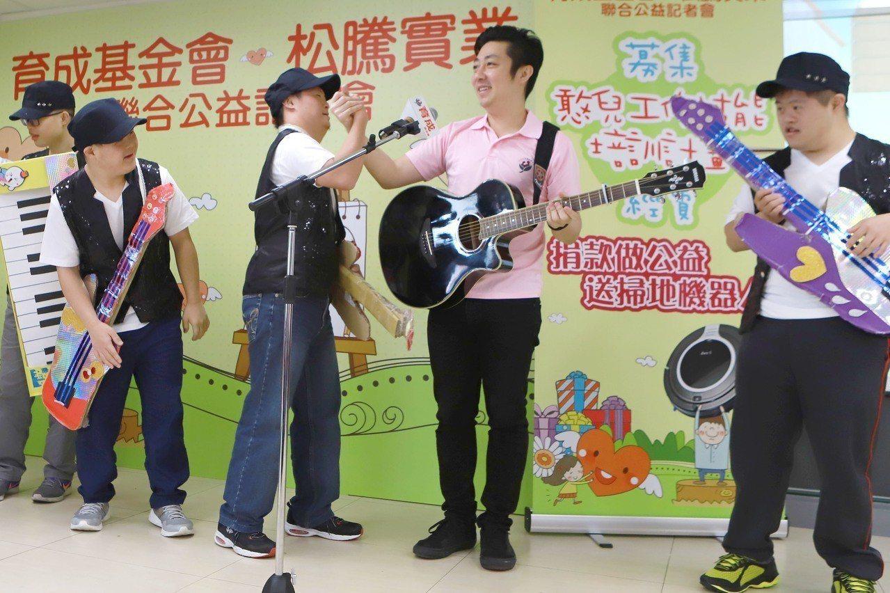 艾成(右二)和喜憨兒互動唱歌。圖/民視提供