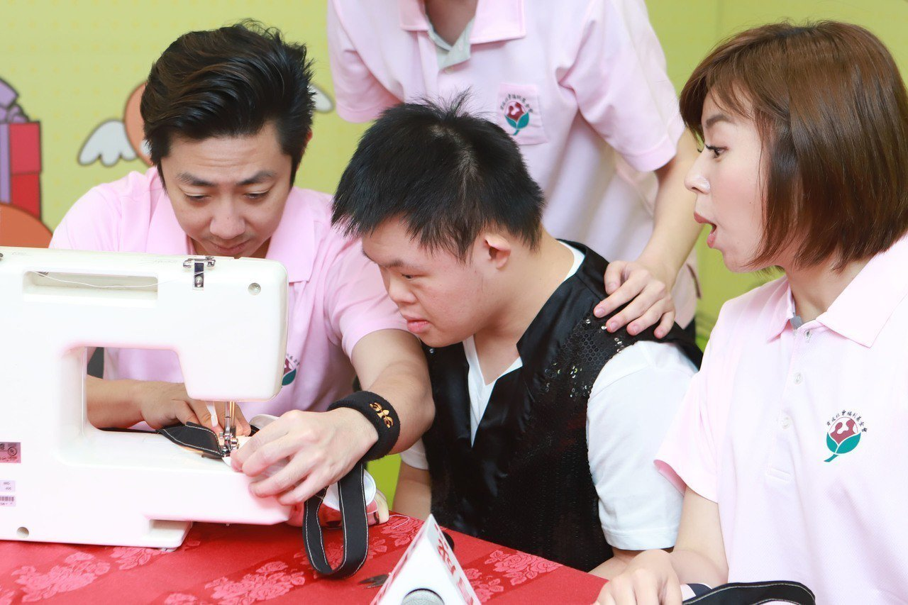 王瞳(右)與艾成出席育成基金會跟松騰實業的「珍愛媽咪 暖心傳情」幫助憨兒自立自強...