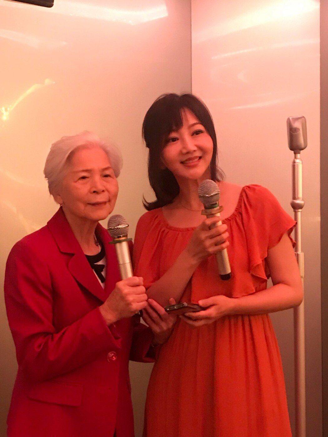 洪榮宏媽媽和妻子張瀞云。圖/寬宏藝術提供