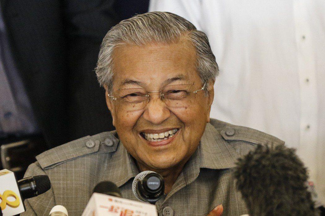 馬哈迪10日晚上在馬來西亞首都吉隆坡舉行記者會,笑容滿面回答提問。歐新社
