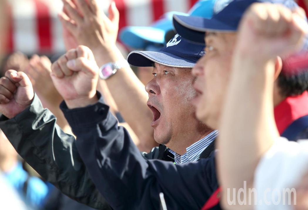 軍人年改完成初審,場外抗議的八百壯士情緒激動。圖/聯合報系資料照片