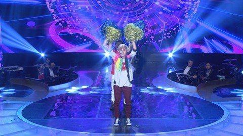 民視歌唱節目「台灣那麼旺Taiwan NO.1」明星組「媽媽廣場舞」又來啦!黃靖倫拿起彩球大跳伍佰經典歌「你是我的花朵」廣場舞版,他自出道以來就是出了名的肢體不協調,這次為了母親節帶給媽媽們歡樂,簡...