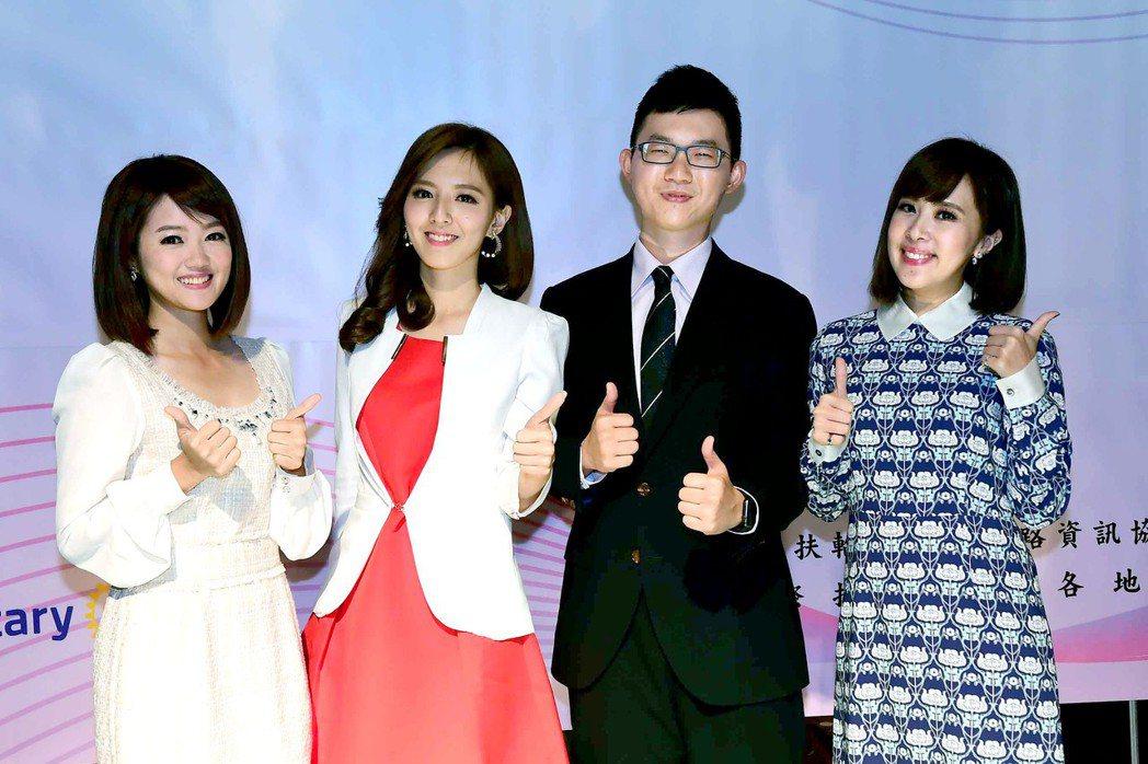 華視主播 (左起)陳璽鈞、房業涵、陳子見、朱培滋出席頒獎。圖/華視提供