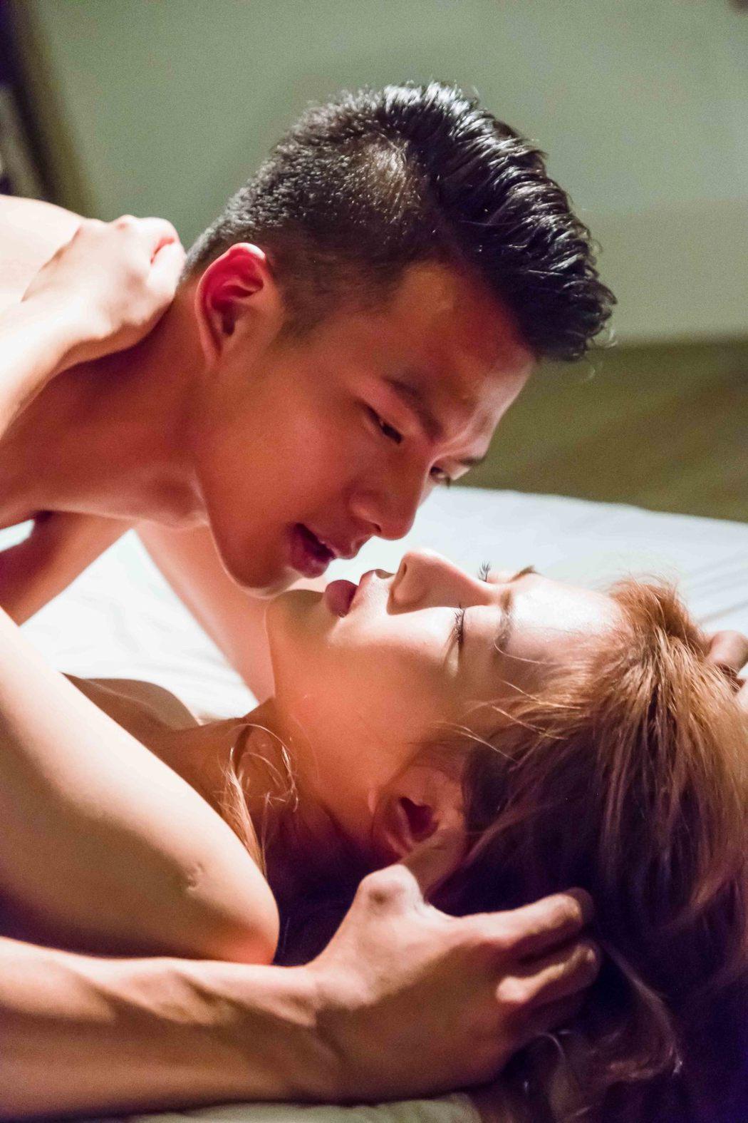 吳念軒(上)、姚亦晴上演脫衣床戲。圖/TVBS提供