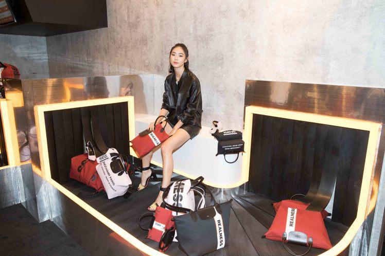 鍾瑶展現Longchamp by Shayne Oliver聯名系列的前衛氣勢。...