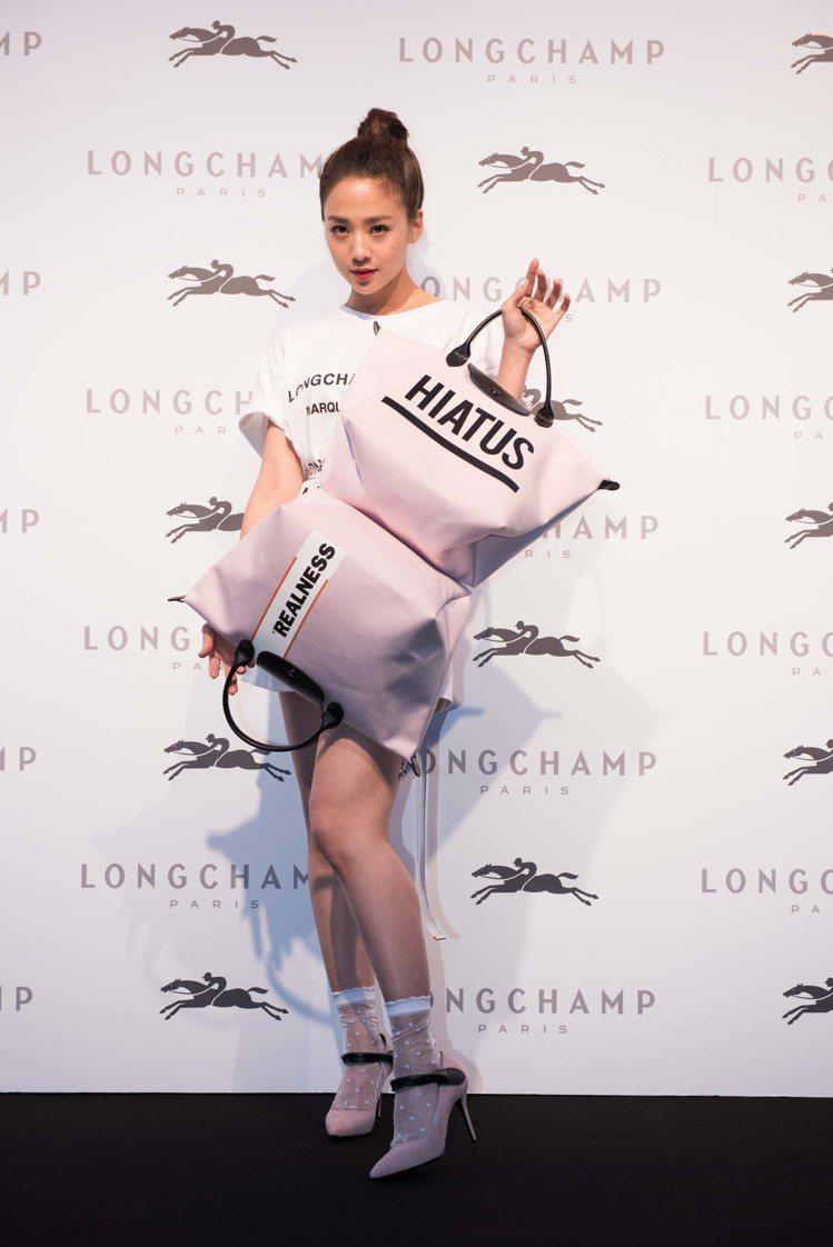 鬼鬼吳映潔喜愛Longchamp by Shayne Oliver聯名系列的粉色...