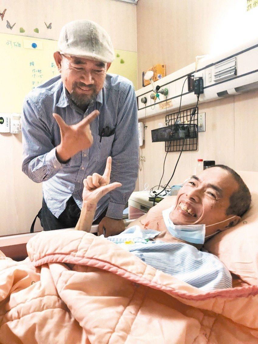 周平(左)與鄒川雄情同手足,鄒抗癌期間,周平一有空就到嘉基安寧病房陪伴,兩人常在...