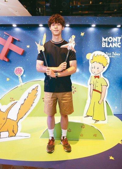 許光漢參觀萬寶龍「想像力.從星出發」小王子特展,髮型與小王子「撞頭」。 記者林俊...