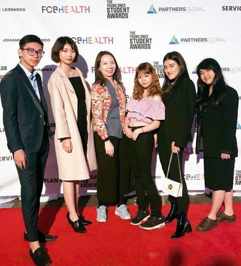 亞洲大學指導老師朱庭逸(左三)帶領學生蔡秉均(左起)、陳艾青、王琦、黃千芳、賴函婷前往紐約ADC領獎,師生在會場合影。 圖/亞洲大學提供