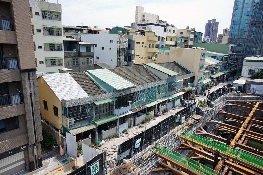 全國第一件要動工重建的「危老」建物,連棟2層樓透天屋齡54年,被新建大樓圍住。圖...