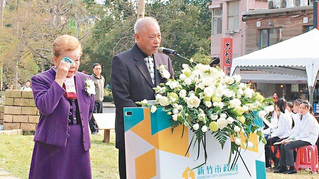 柯文哲父親柯承發(右)、母親何瑞英(左)2016年參加新竹市二二八紀念音樂會,回...