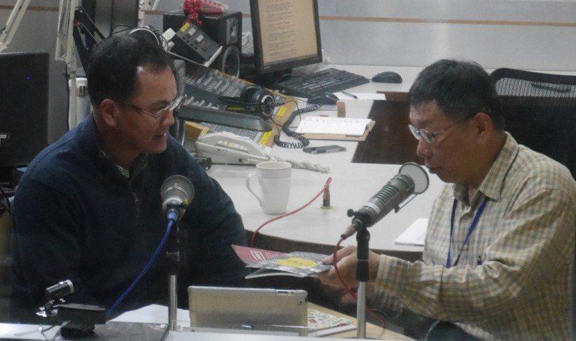 台北市長柯文哲(右)2016年接受電台專訪,談到美河市案,指郝龍斌「如果什麼都搞...