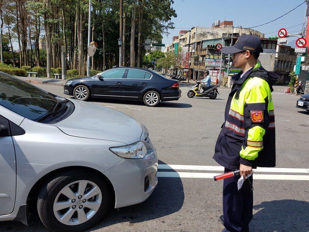 北市警方受理民眾檢舉的年總量持續攀升,「轉彎或變換車道未使用方向燈」、「跨越雙白...