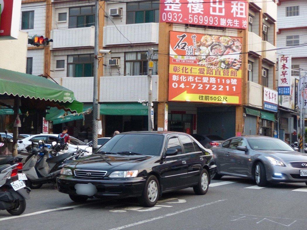 路口違規停車,又占據機車道,影響通行,是被檢舉的大熱門。 圖/聯合報系資料照片