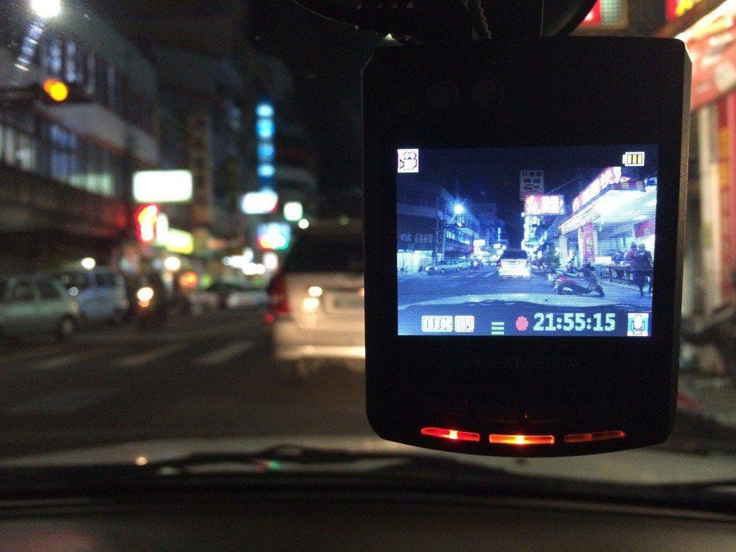 專業的檢舉達人會在車上設置行車記錄器,沿途錄下違規車輛再向警方檢舉告發;圖為示意...