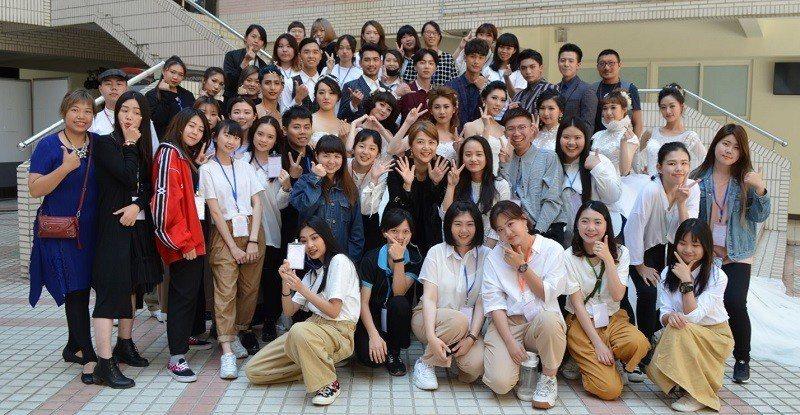 嶺東科大流設系教師團隊與參與「時尚新娘婚紗秀」展演的同學合影。 嶺東科大/提供