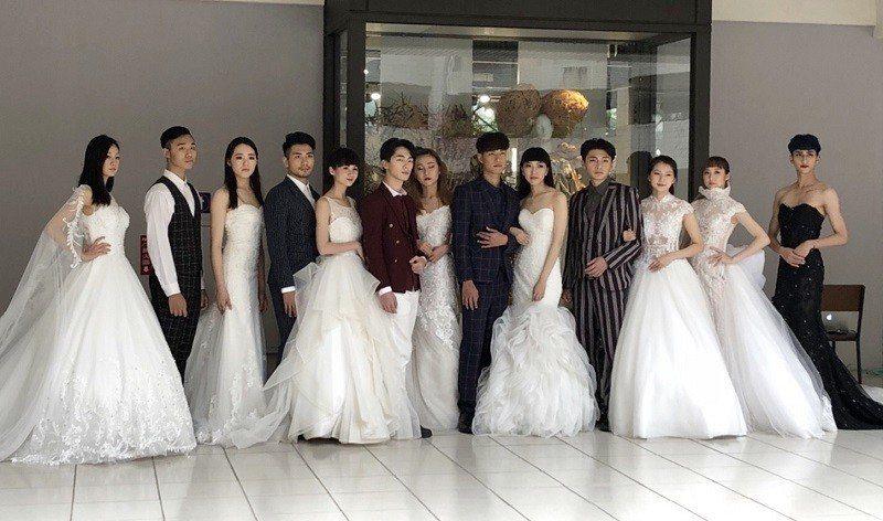 由嶺東科大學生模特兒展現廠商所提供的精緻白紗禮服及男士西裝,顯得幸福洋溢。 嶺東...