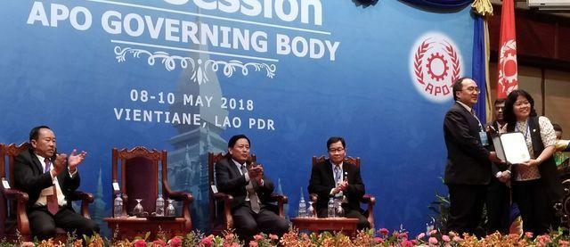 經濟部工業局局長呂正華(右二)接受APO頒發感謝證書。 工業局/提供