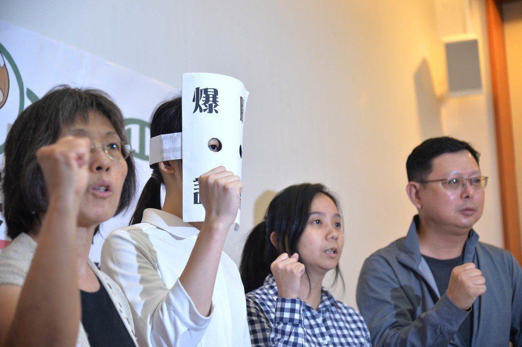 台灣護理產業工會等勞工團體11日在立法院舉行記者會,護理師小C(左2)針對護理人...