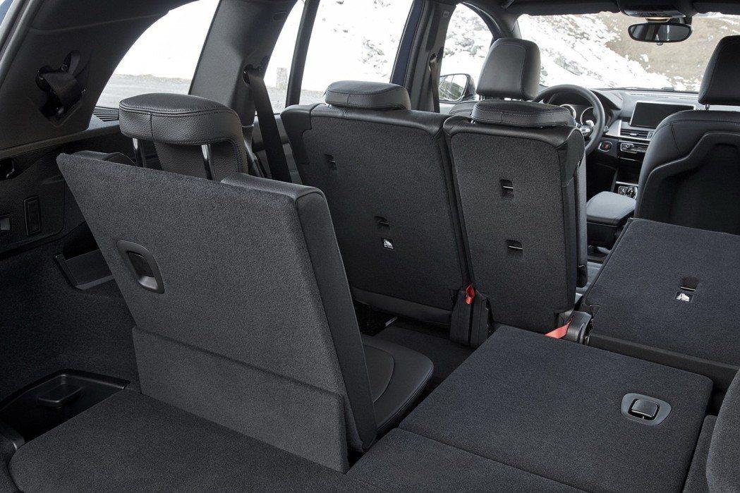 424分離可傾倒後座椅背與第三排座椅。 圖/BMW提供
