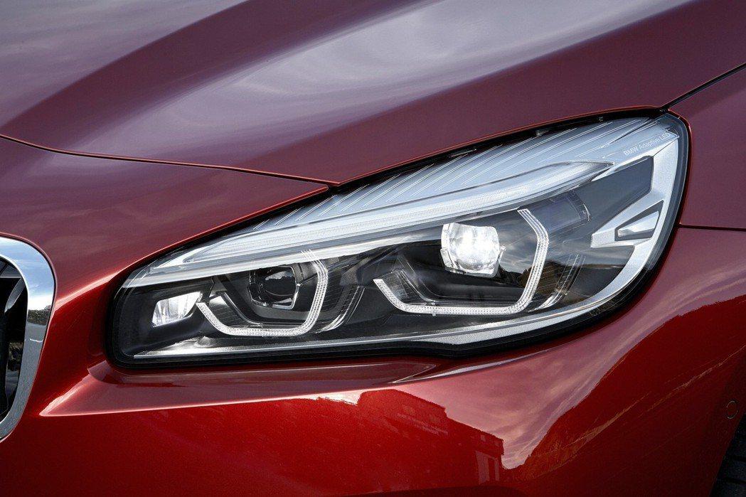 LED頭燈含遠光燈輔助系統與全新六角造型LED日間行車燈。 圖/汎德提供