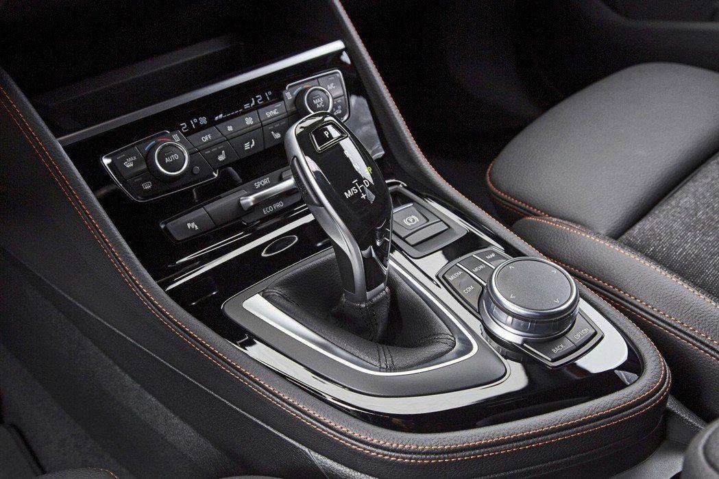 BMW Steptronic七速雙離合器自手排變速箱與電子線傳式排檔桿。 圖/汎德提供