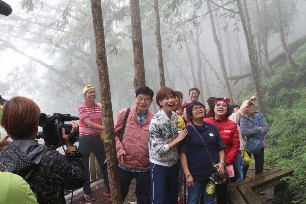 《我的導遊是明星》主持人陳鳳玲(左四白色衣服)與團圓互動。圖/力麗觀光提供