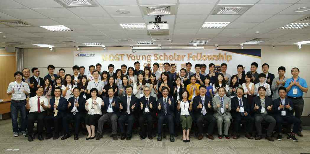 科技部長陳良基與獲得「年輕學者養成計畫」榮譽名銜的學者合影。 毛洪霖/攝影