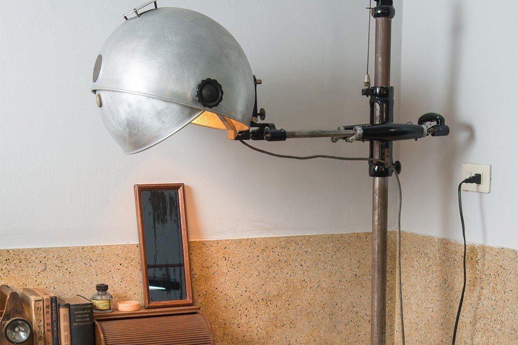 造型像星球的臺灣日治時期老齒科的落地手術燈