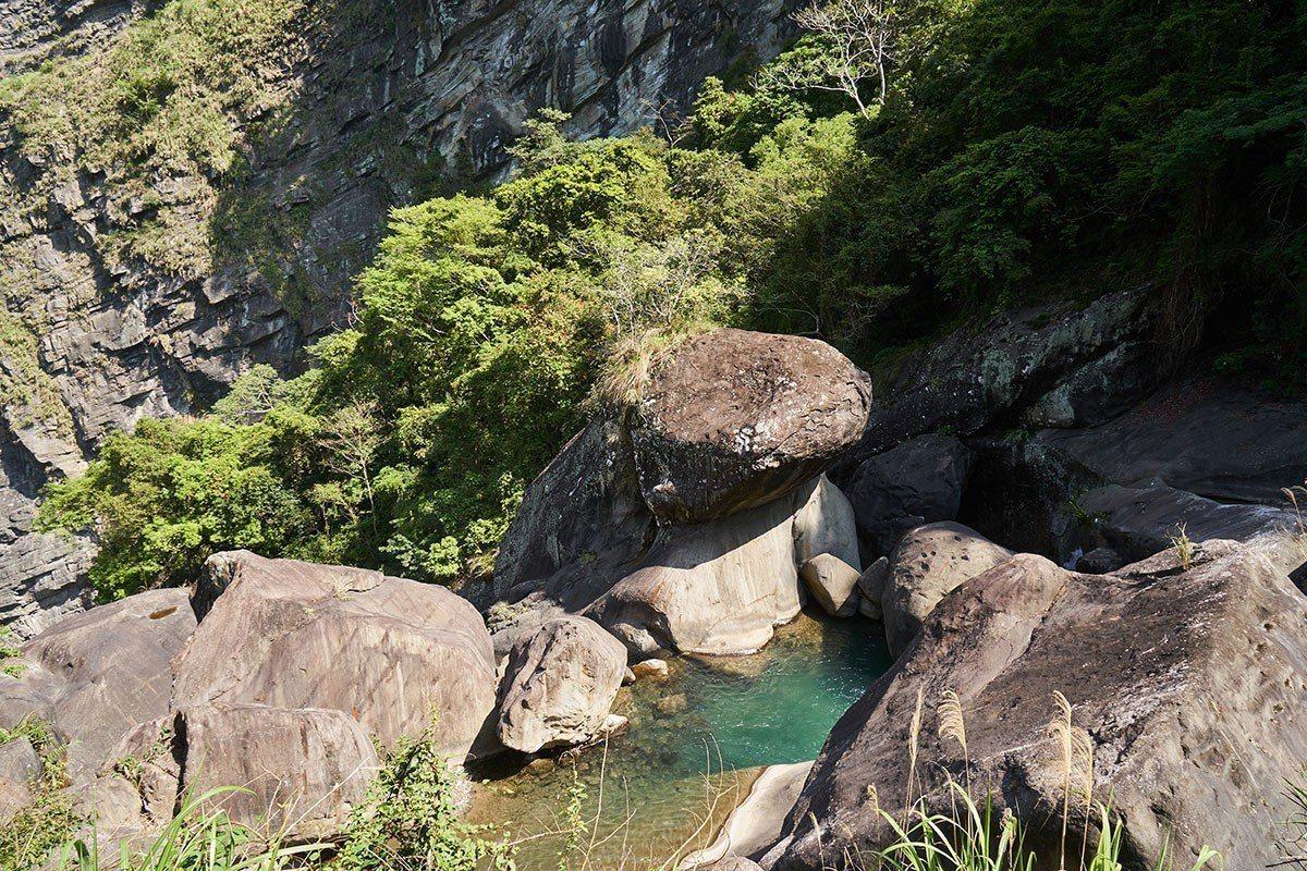 青蛙石因貌似青蛙盤踞流水中的巨石而得名。