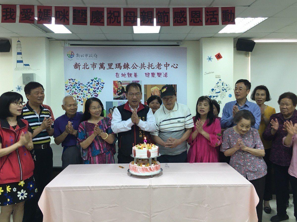 萬里區公共托老中心邀情長輩與子女一起來歡度佳節,子女們也紛紛趁著難得的機會,向自...