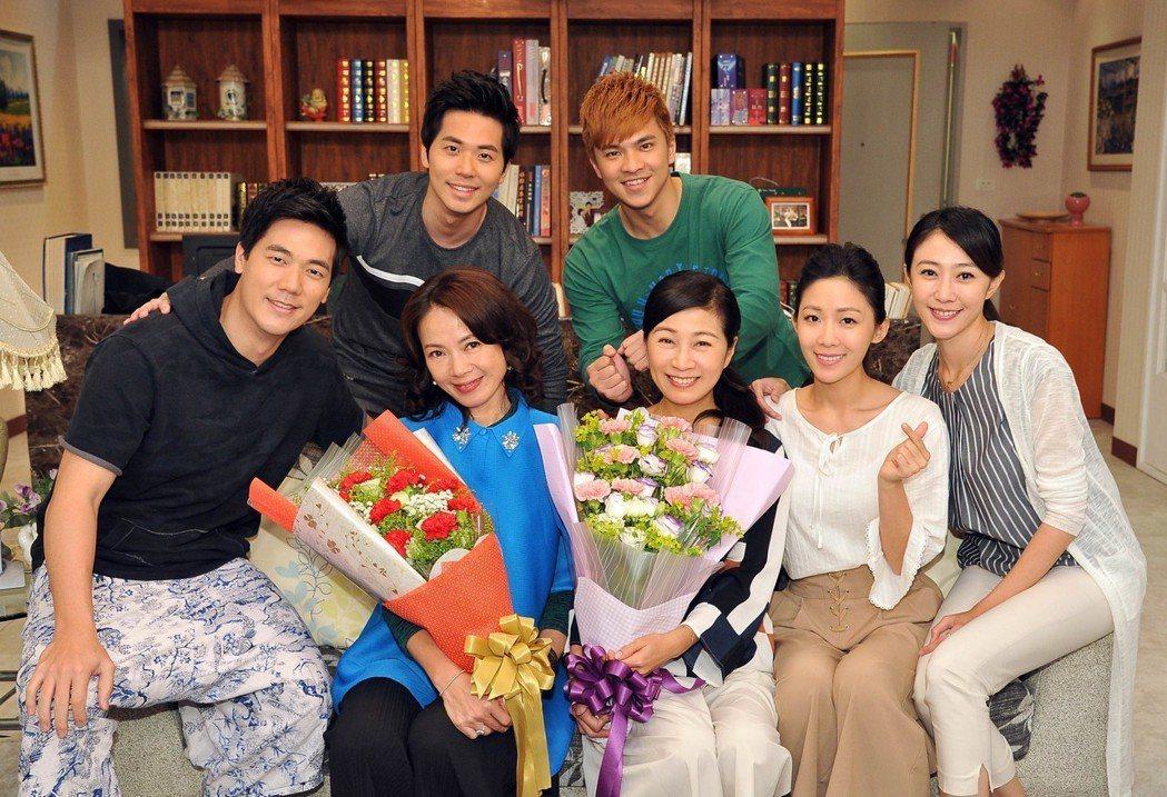 「情.份」劇組提前慶祝母親節。圖/台視提供