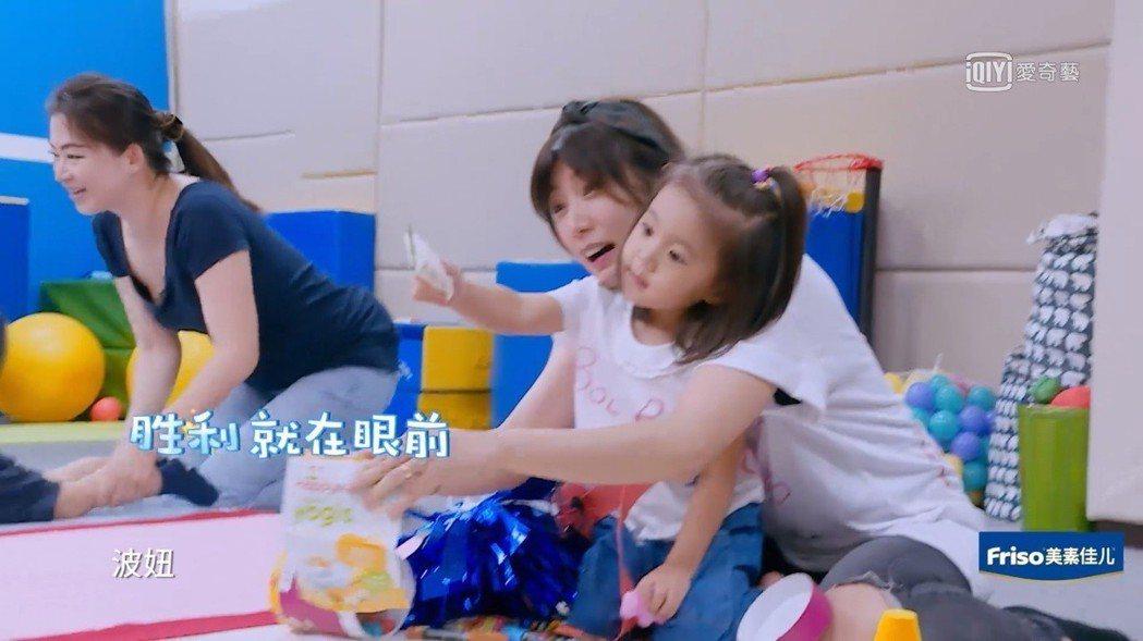 賈靜雯與咘咘吸引Bo妞往前。圖/截圖自愛奇藝