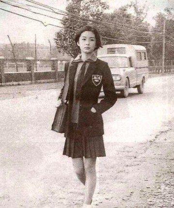 曾演過多部經典電影的林青霞,有「影壇第一美人」的名號,即便近年已經息影,仍受到廣大網友的懷念,最近日本推特上瘋傳一張70年代的台灣女學生照片,讓人狂讚樣貌絕美,其實就是林青霞。有日本網友在推特貼上一...