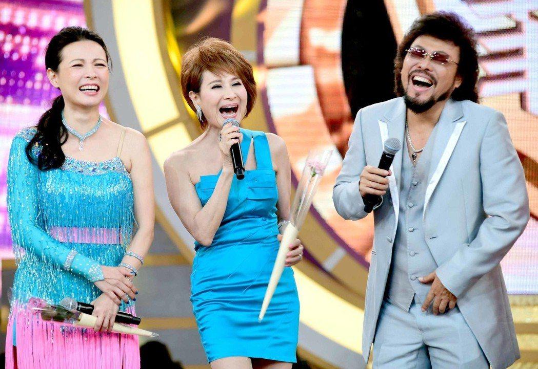 陳孝萱(左起)、向娃上張菲節目過母親節。圖/華視提供