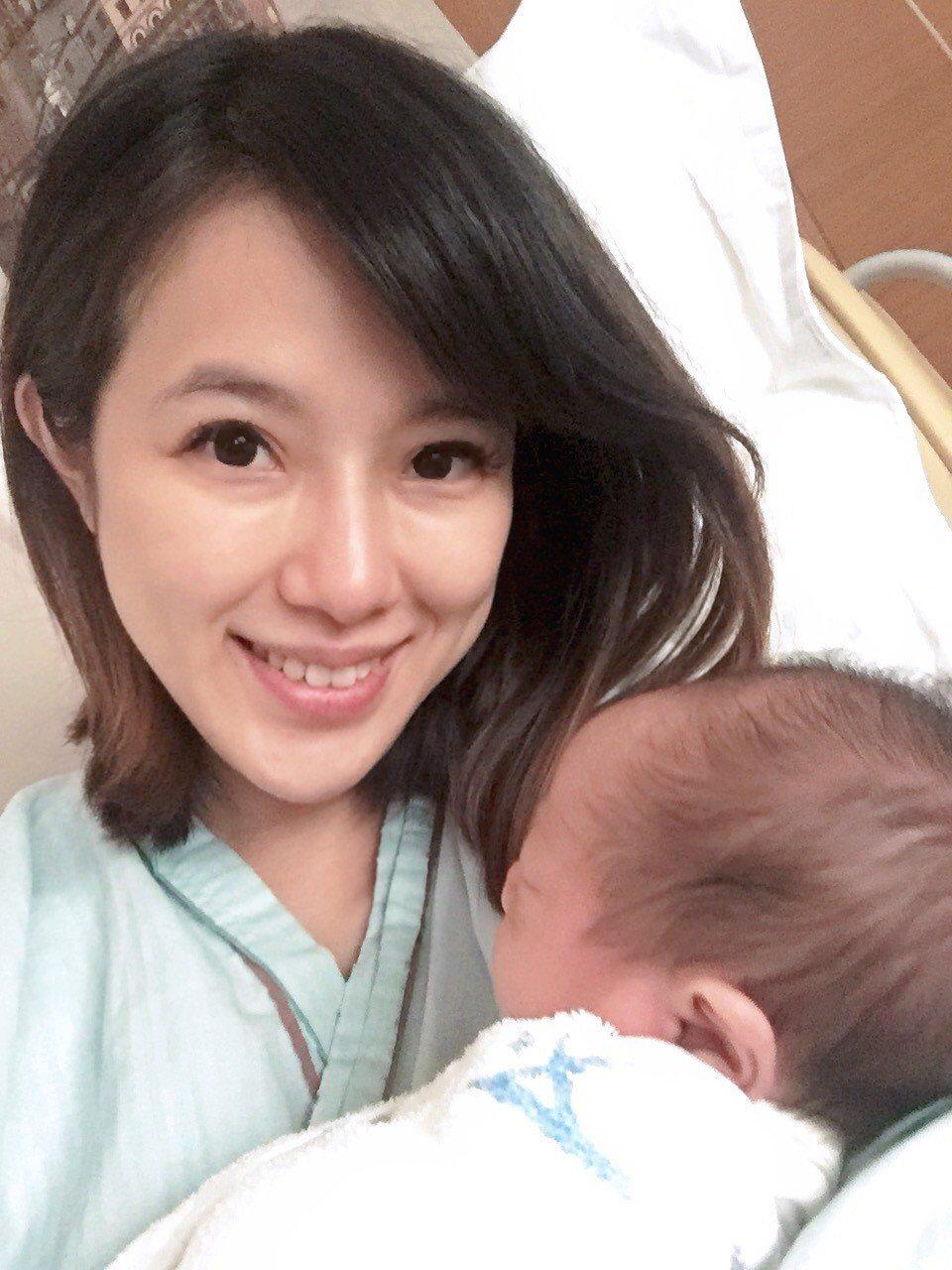 黃瑄抱著新生兒好滿足。圖/時尚產後護理之家提供